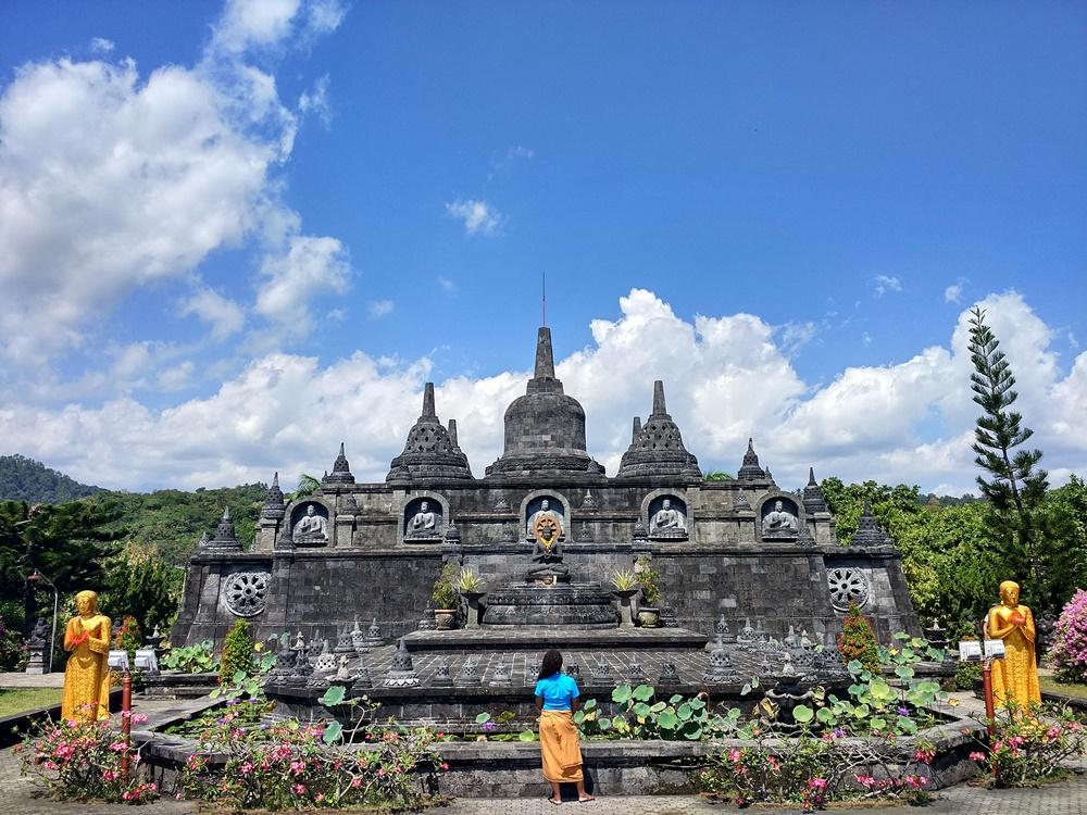 Contemplando el Brahma Vihara Arama, fuera del circuito turístico