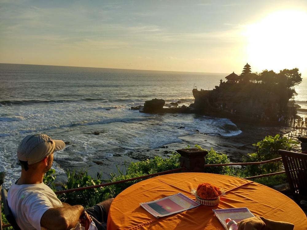 Contemplando el atardecer de Tanah Lot