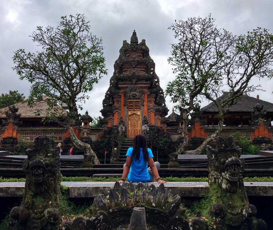 Contemplando el templo Pura Taman Saraswati en Ubud