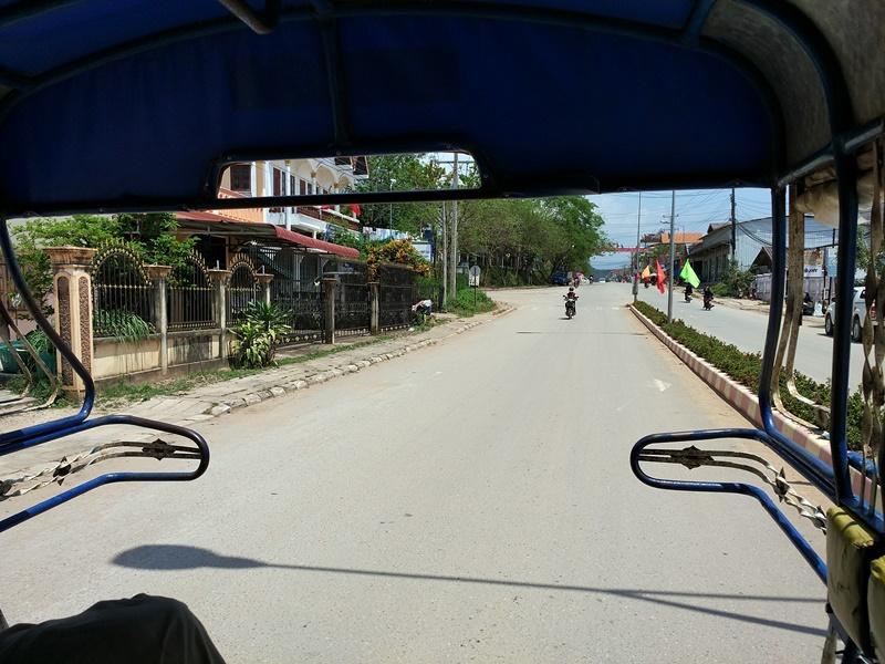En tuk-tuk por alguna carretera de Laos