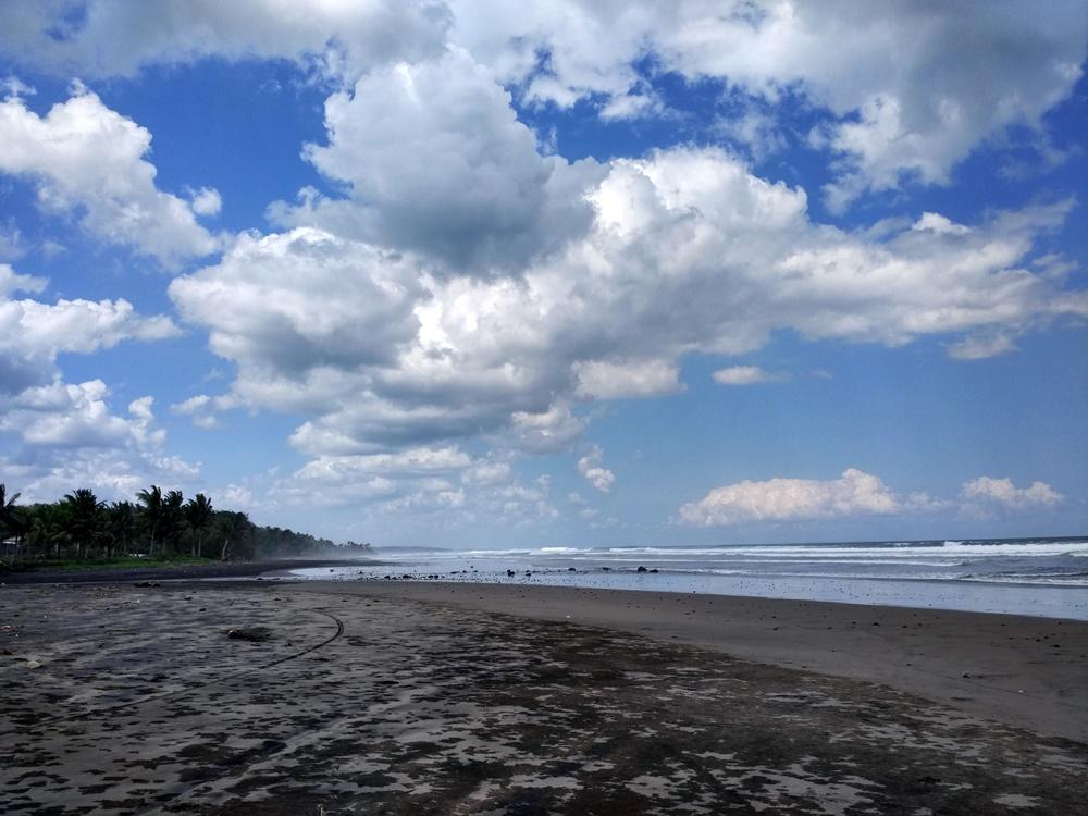 Playa negra y solitaria en el oeste de Bali