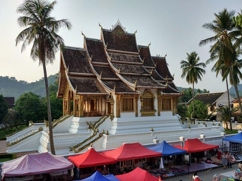 Comenzando el mercado nocturno de Luang Prabang
