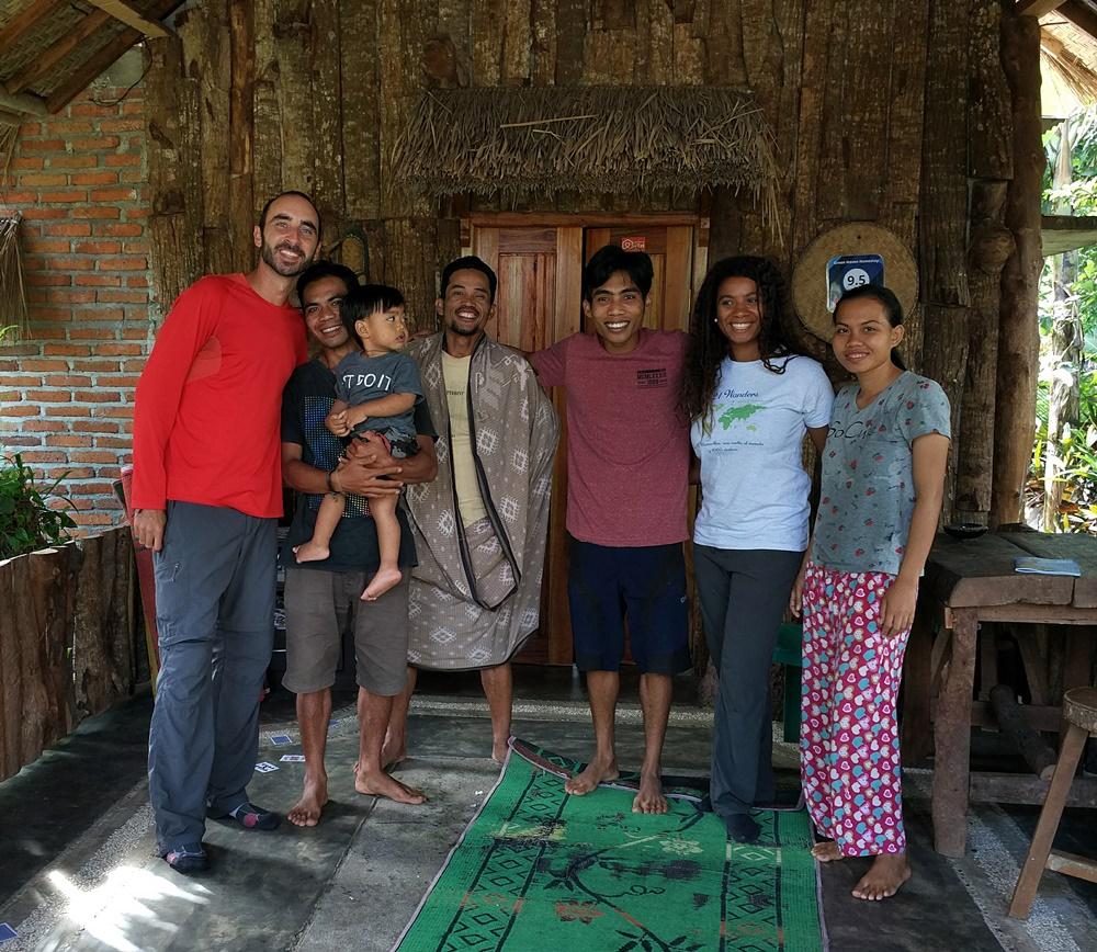 Con Manbul y su familia en Tetebatu