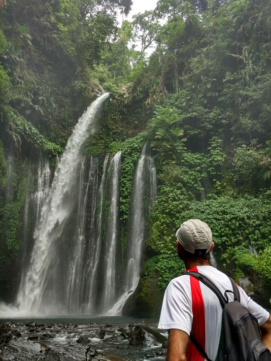 Contemplando Tiu Kelep en Senaru - Lombok