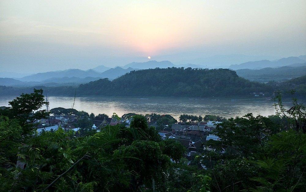 El sol se esconde en Luang Prabang