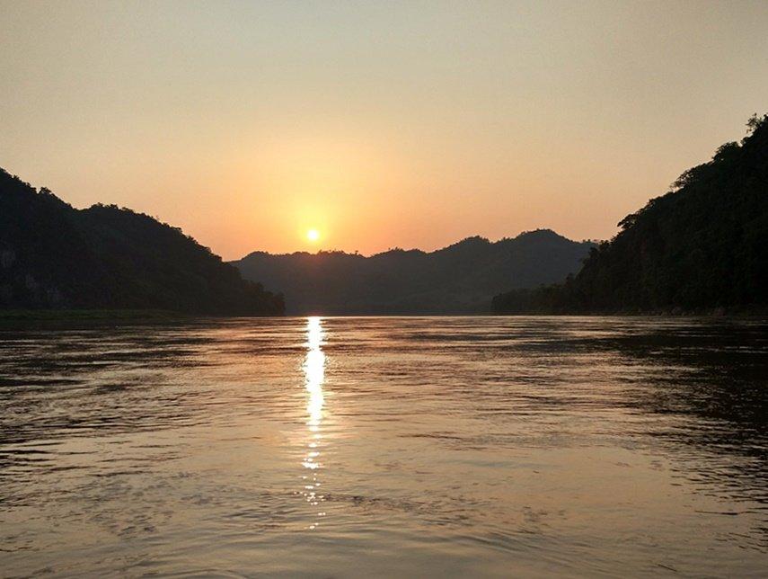 El sol se esconde por el Mekong