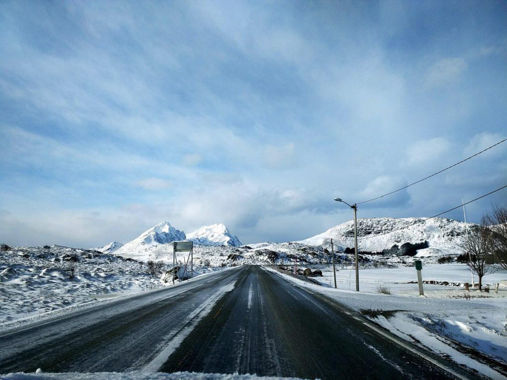 Conduciendo por la E10 de las Lofoten