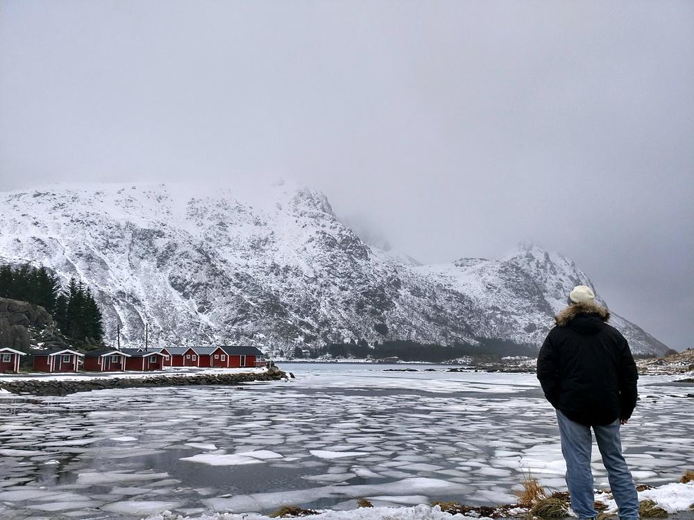 Contemplando el lago Brustranda
