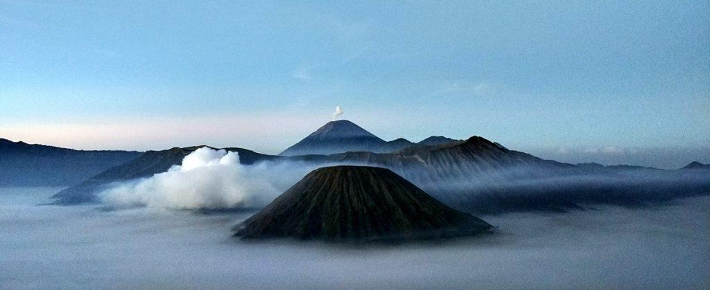 El Bromo entre nubes