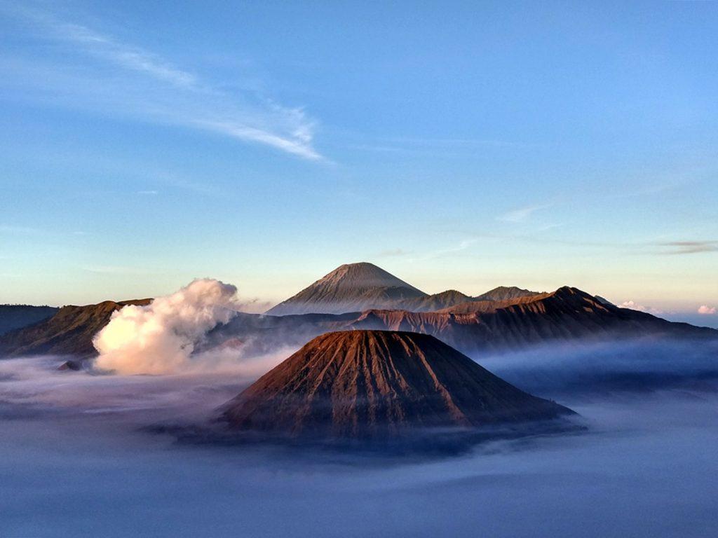 El cono volcánico del Bromo comienza a expulsar gases