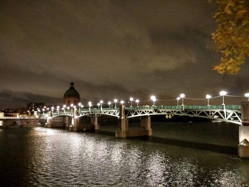 El puente de Saint Pierre de noche ilumina Toulouse