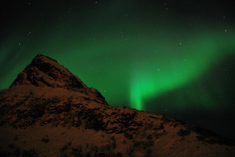 Auroras iluminando las montañas de LofotenAuroras iluminando las montañas de Lofoten